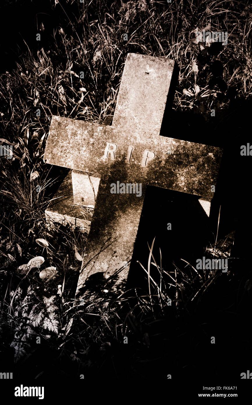 Lápida en el cementerio. Imagen De Stock