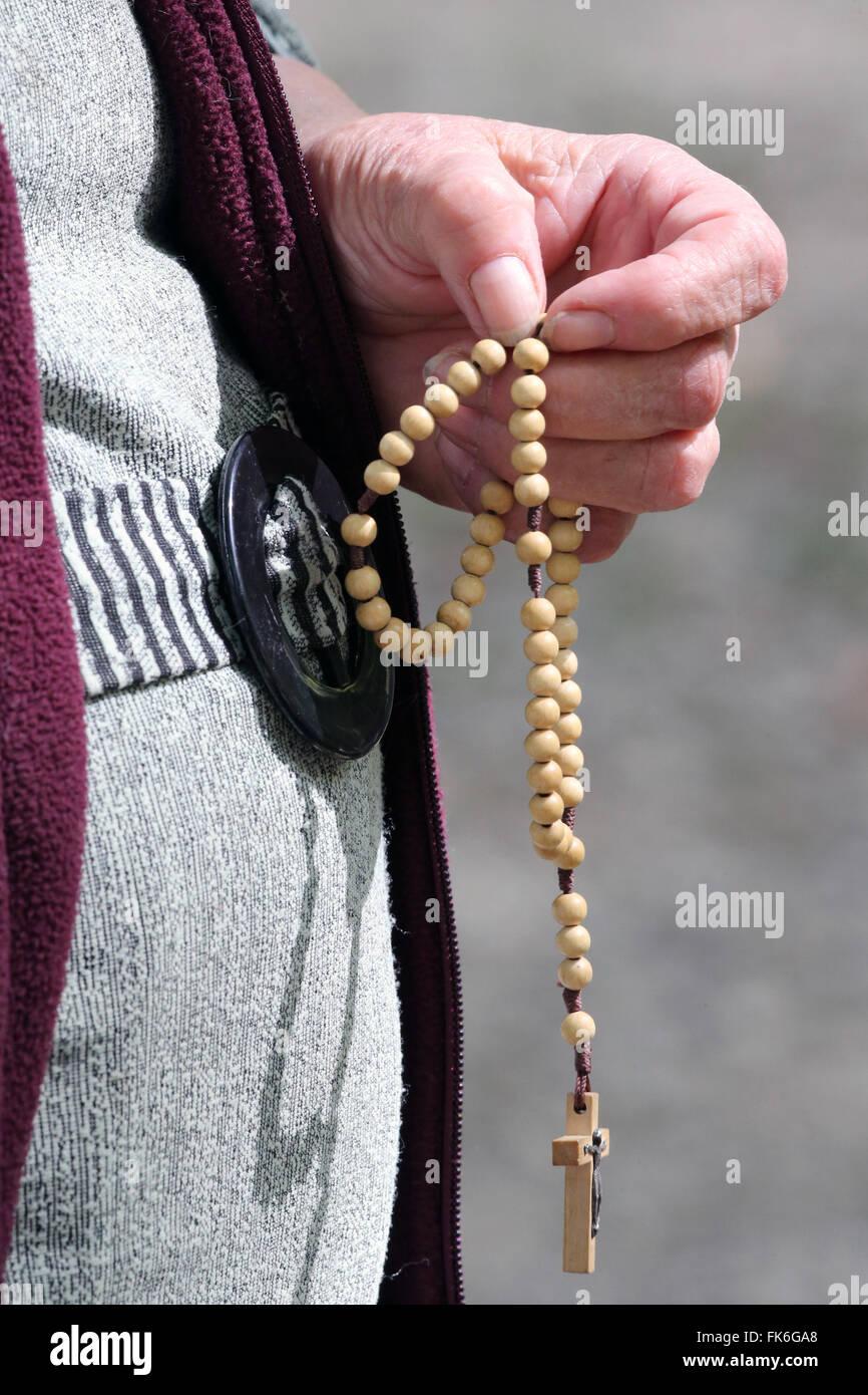 Talladas a mano en rosario, Católica Romana, mujer rezando el misterio del Santo Rosario, Haute Savoie, Francia, Imagen De Stock