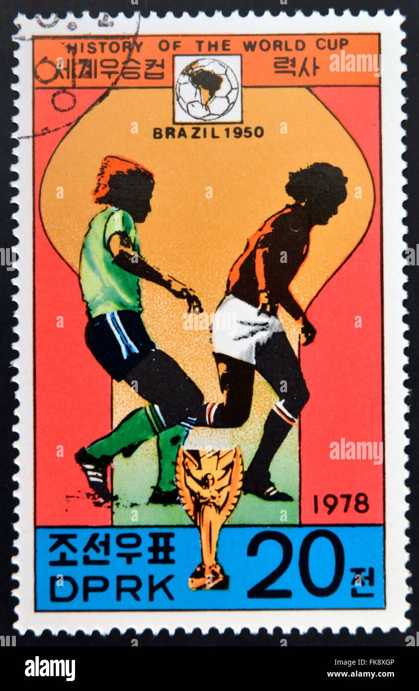 """Corea - circa 1978: un sello impreso en Corea del Norte muestra los jugadores de fútbol, Copa y Glob con la inscripción """"Brasil 1950"""" Foto de stock"""