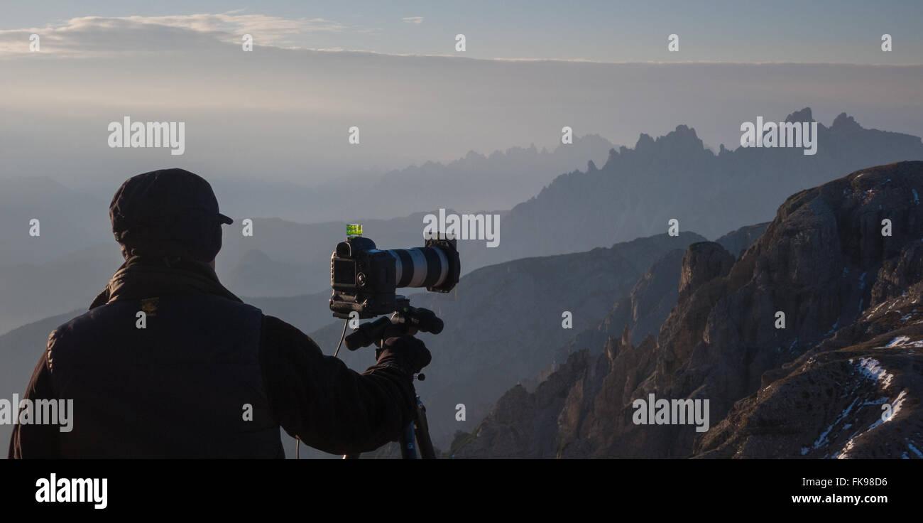 El fotógrafo dispara en las laderas del Tre Cime, Dolomitas, provincia de Belluno, Veneto, Italia Imagen De Stock