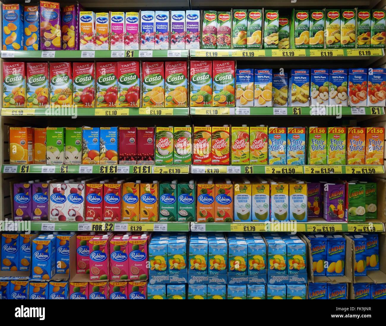 Las estanterías están llenas de bebidas azucaradas Imagen De Stock