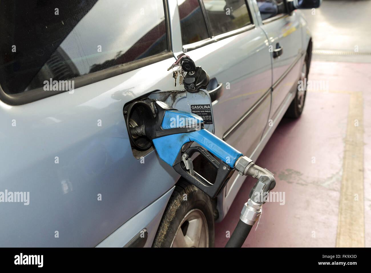 Carro sendo abastecido com gasolina em posto - zona oeste Imagen De Stock
