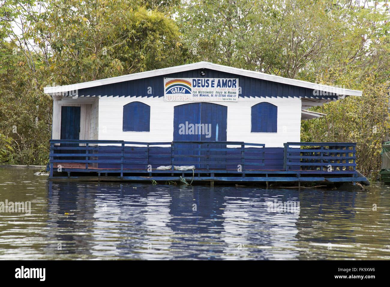 Igreja evangelica Deus É Amor sobrios palafita ningún río Negro durante cheia na Região do Lago Imagen De Stock