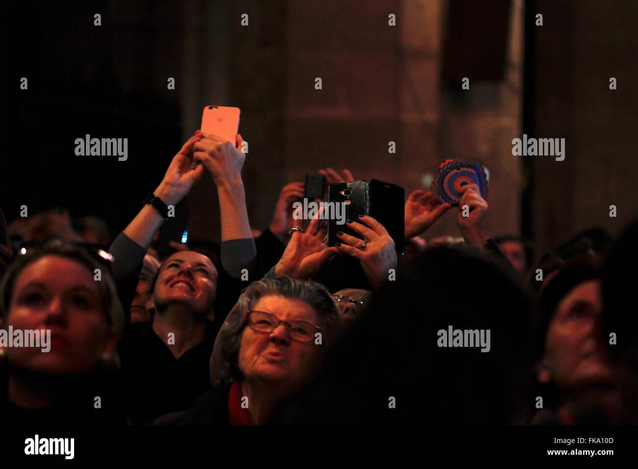 Palma de Mallorca, España - Febrero 02, 2016. La gente toma fotografías en el espectáculo de la catedral. Imagen De Stock