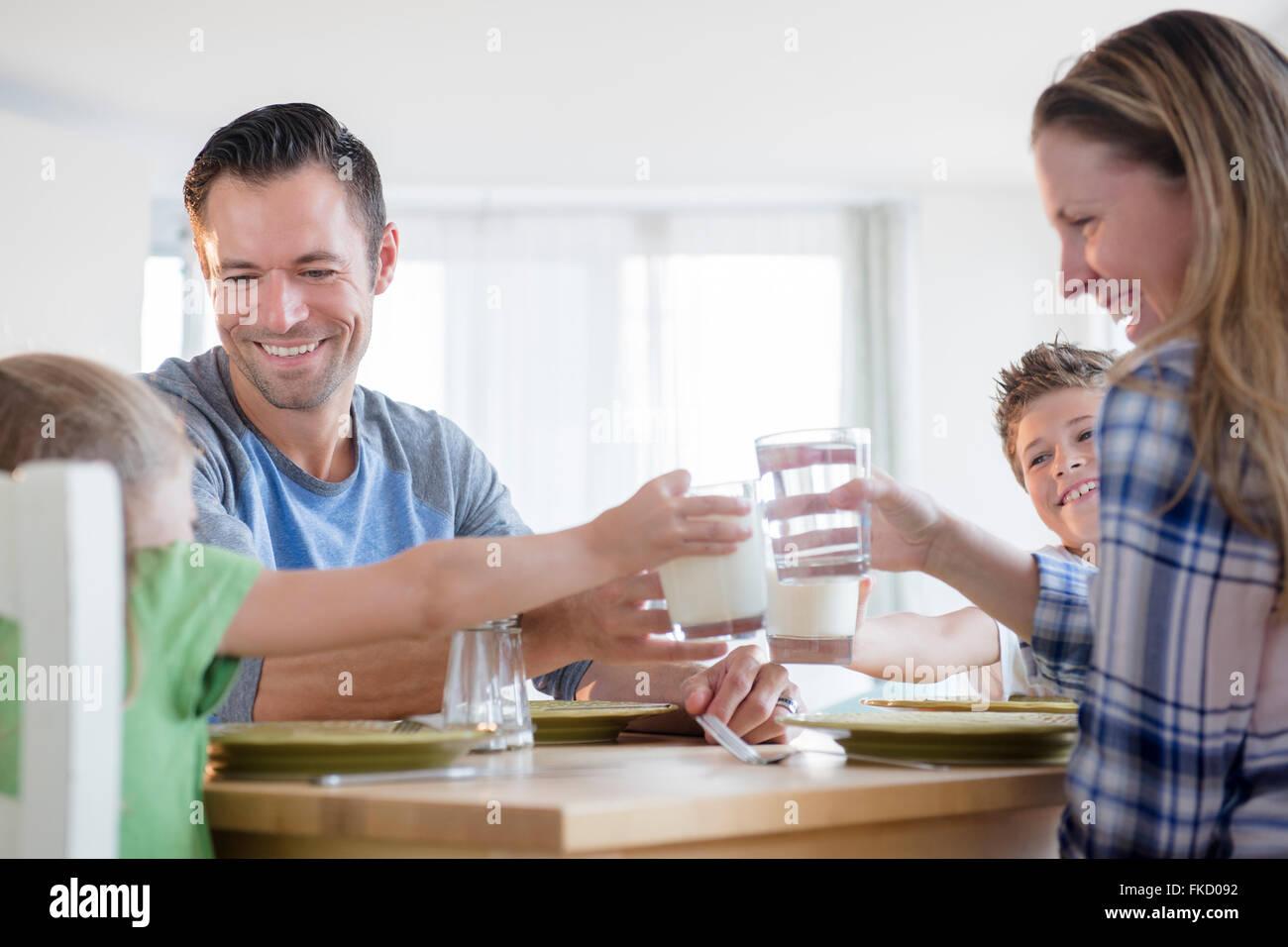 Familia con dos niños (6-7, 8-9) hacer un brindis Imagen De Stock