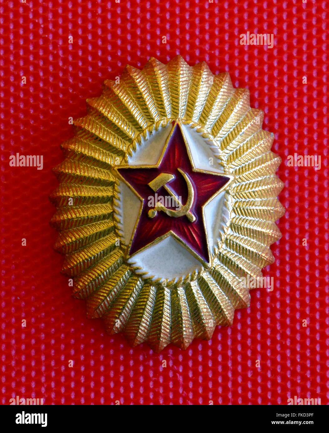 Una popular insignia de la Unión Soviética muestra una estrella roja con la hoz y el martillo, un comunista Imagen De Stock