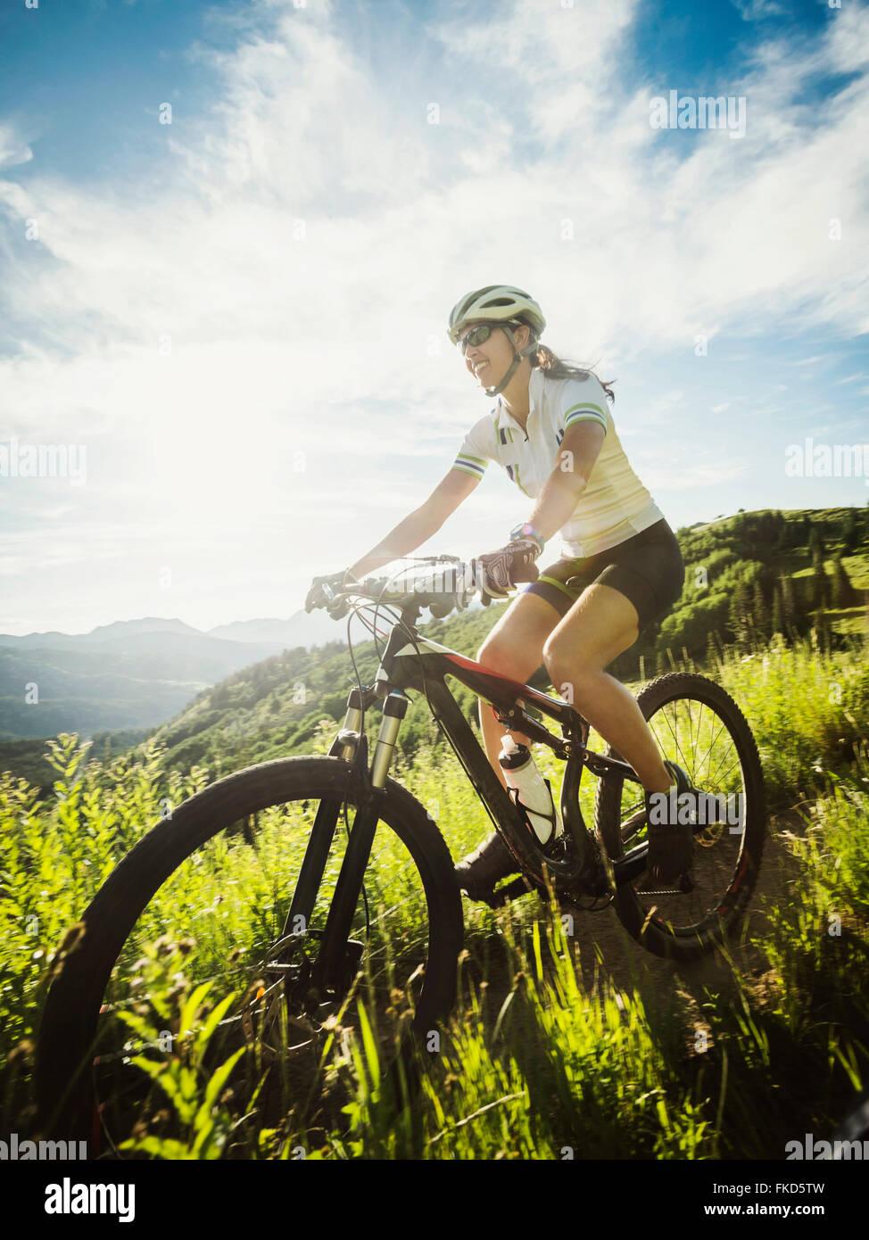 Durante el viaje en bicicleta de mujer Imagen De Stock