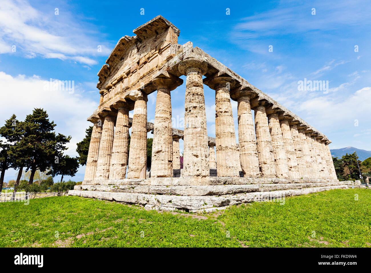 Columnas arquitectónicas antiguas ruinas de Paestum, sobre el césped Imagen De Stock