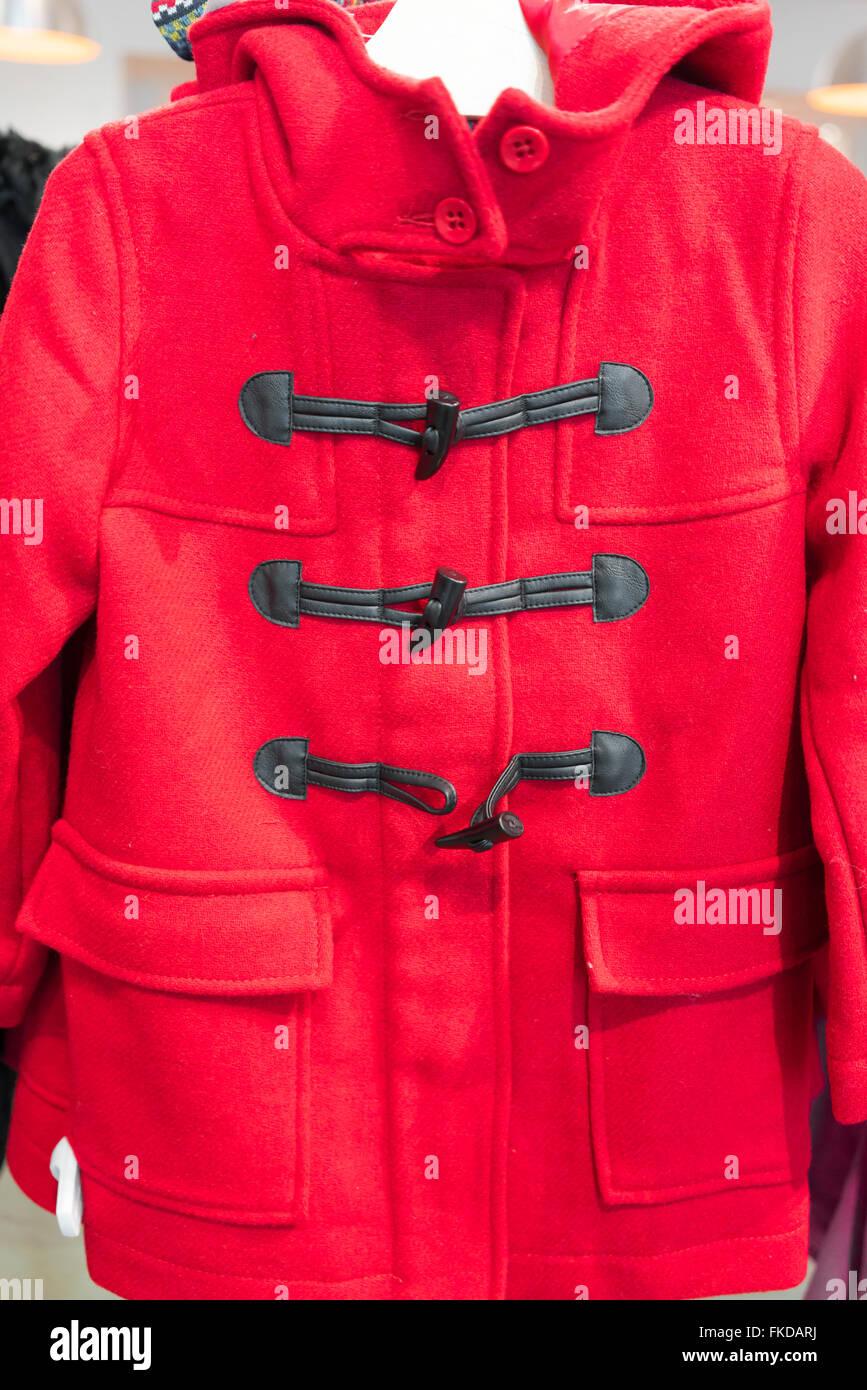 Maniqui mostrar color rojo Duffle coat en tienda de ropa Imagen De Stock
