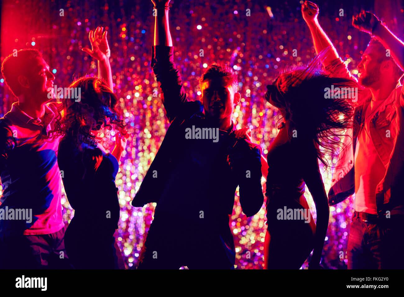 Los jóvenes bailando en parte Imagen De Stock