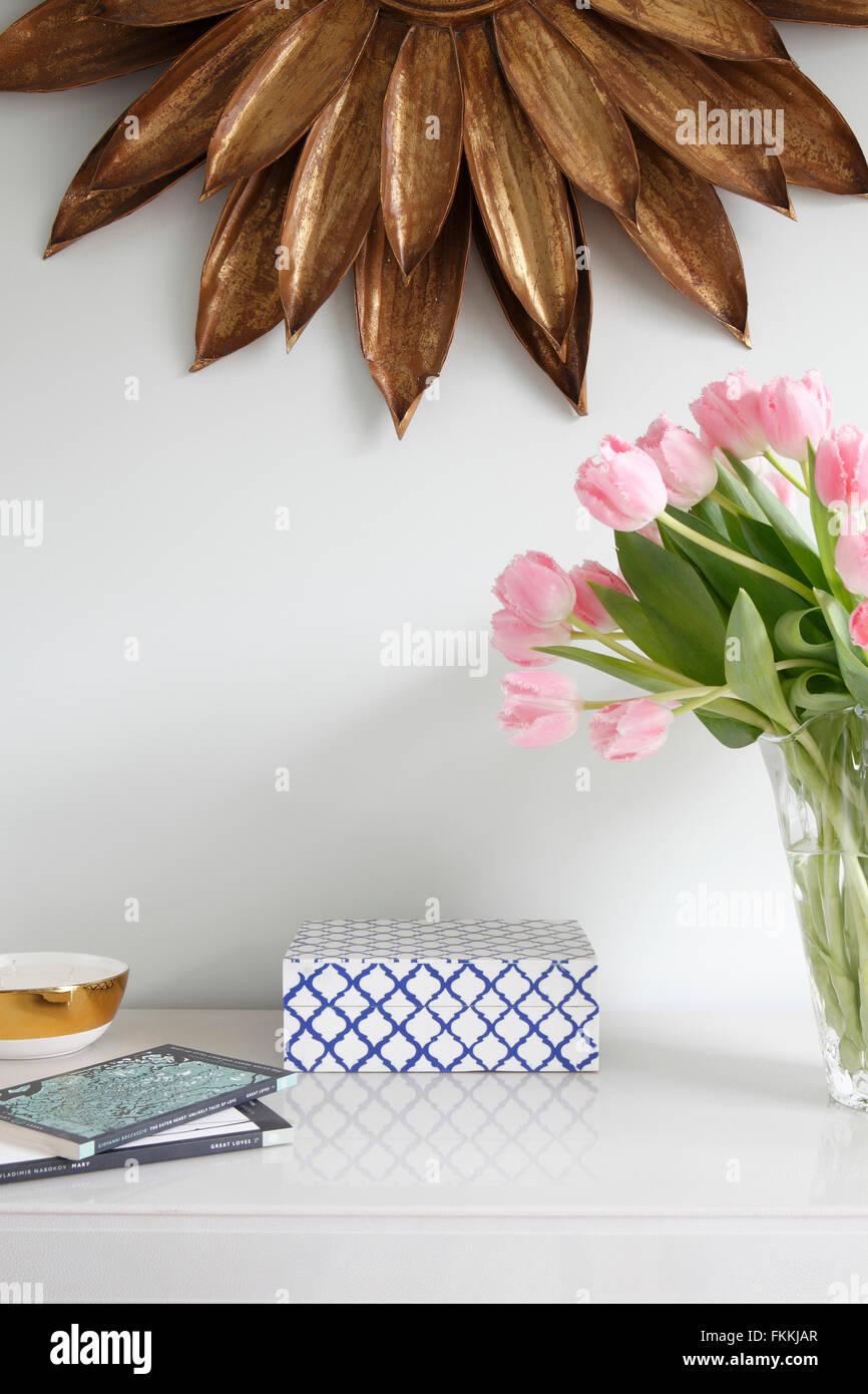 Una vista de una tabla y un espejo, en una casa residencial. Imagen De Stock