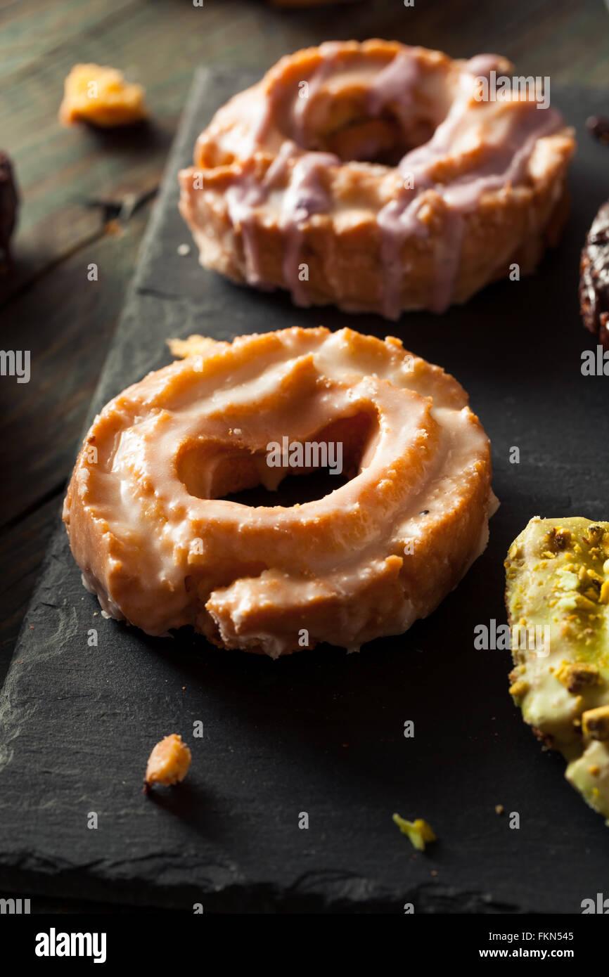 Old Fashioned donuts caseros con chocolate y glaseado Imagen De Stock