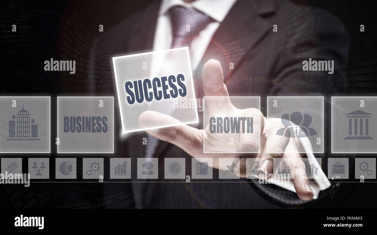El empresario al pulsar un botón el concepto de éxito. Imagen De Stock
