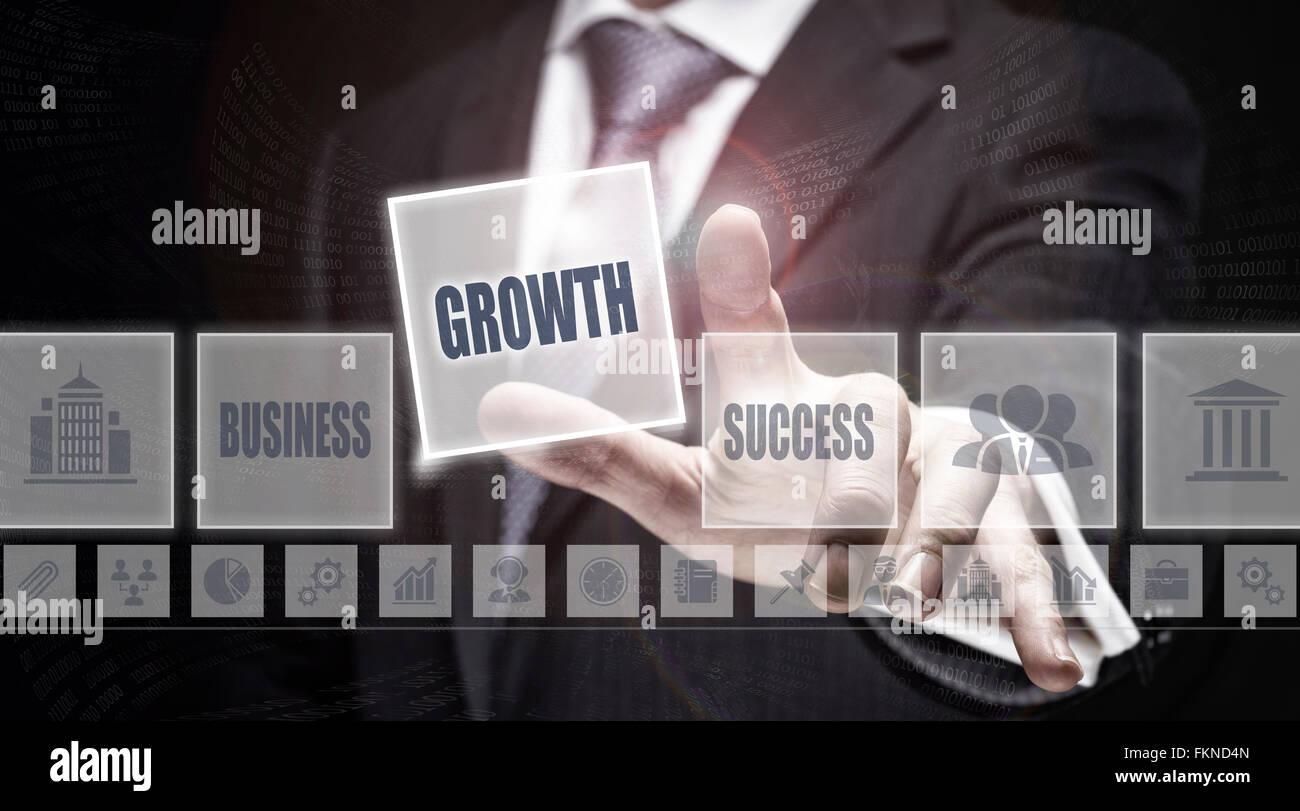 El empresario al pulsar un botón el concepto de crecimiento. Foto de stock