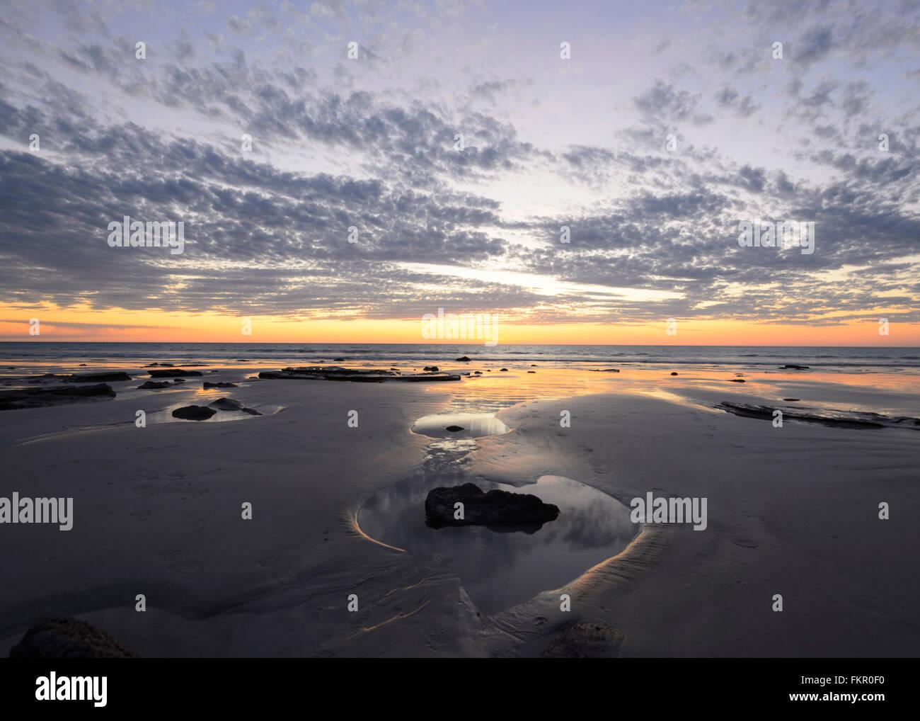 Puesta de sol, de la playa del Cable, Broome, región de Kimberley, en Australia Occidental, WA, Australia Imagen De Stock