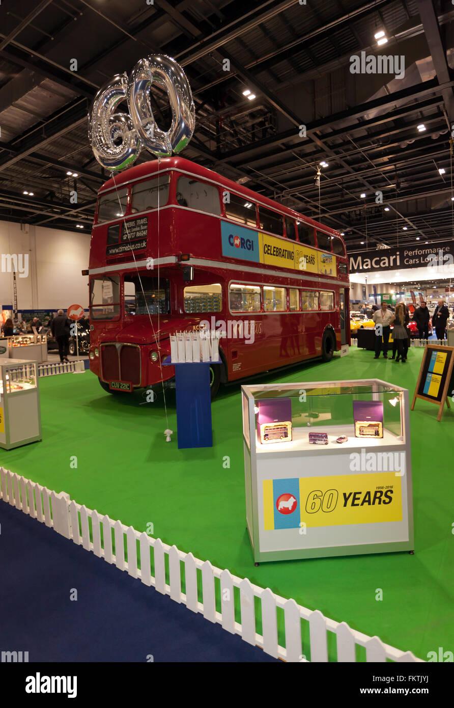 Corgi del stand en el 2016 Londres Classic Car Show, celebrando sus 60 años en el negocio de la fabricación de modelos de automóviles Foto de stock