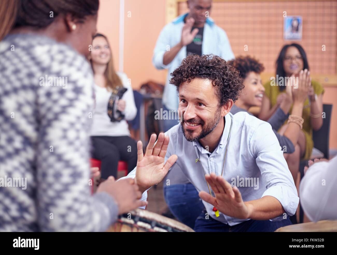 Amigos tocando instrumentos musicales y bailando, sonriendo Imagen De Stock