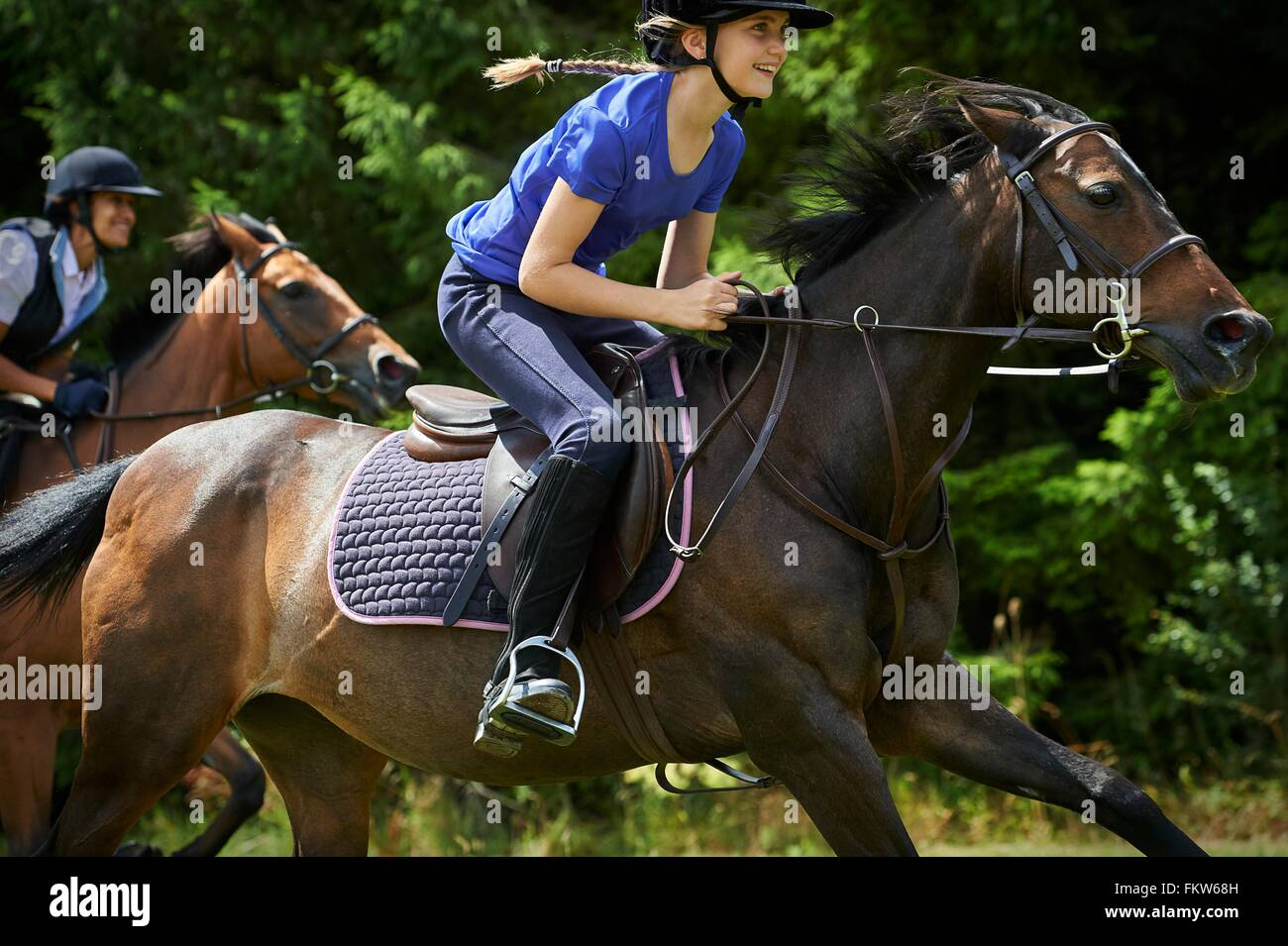 Vista lateral de la chica en caballo sonriente Imagen De Stock