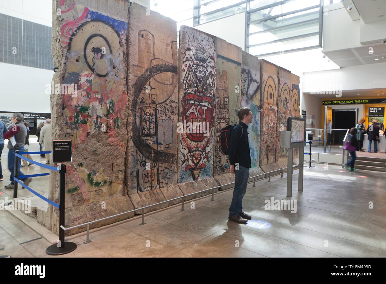 Las secciones del muro de Berlín en la exhibición en el Newseum, en Washington, DC, EE.UU. Imagen De Stock