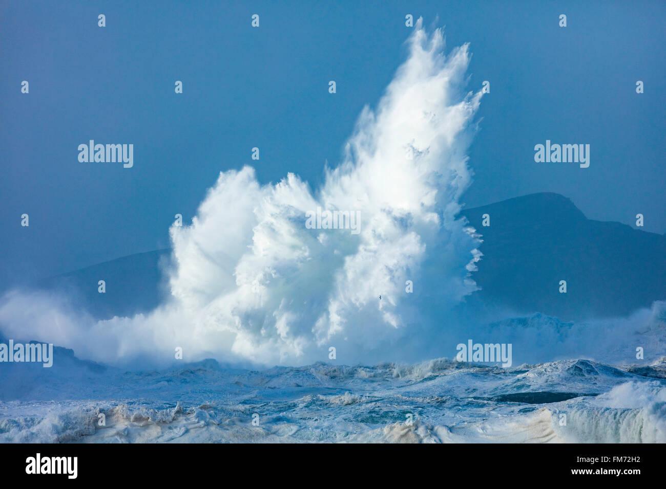 Olas rompiendo cerca Clogher Head, la península Dingle, Condado de Kerry, Irlanda. Imagen De Stock