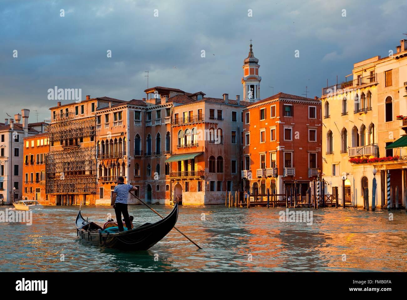 Italia, Veneto, Venecia, góndola por el Gran Canal Imagen De Stock