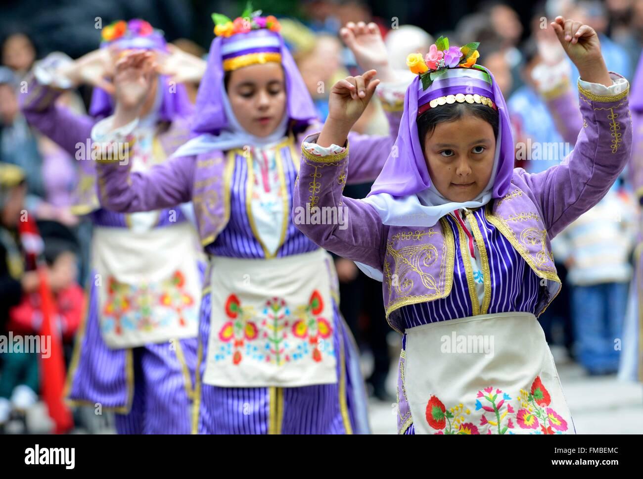 Turquía, la región de Mármara, Bandirma, niños durante un espectáculo tradicional en ocasión Imagen De Stock