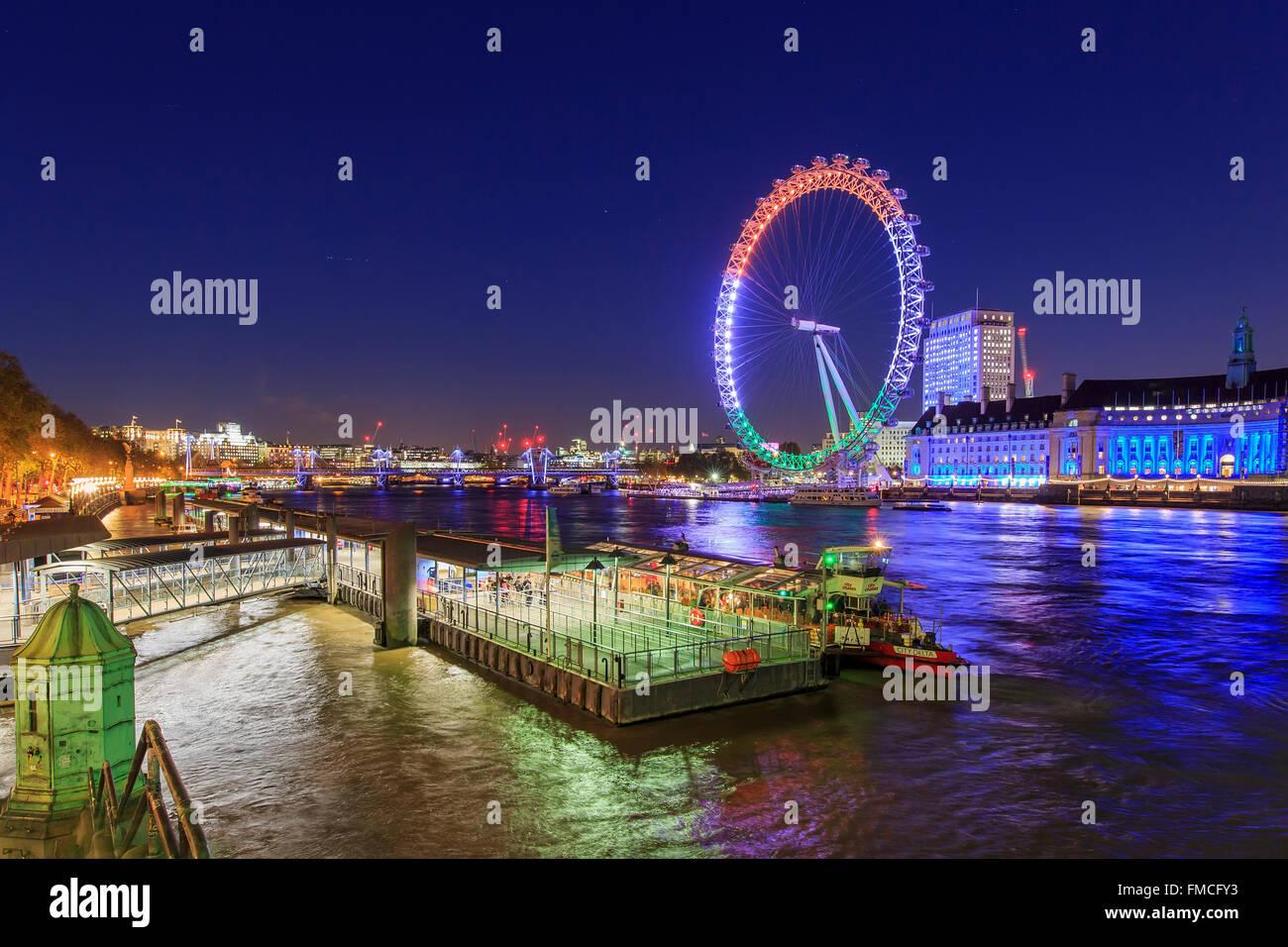 Viajando en el famoso London Eye, Londres, Reino Unido, alrededor del crepúsculo Imagen De Stock
