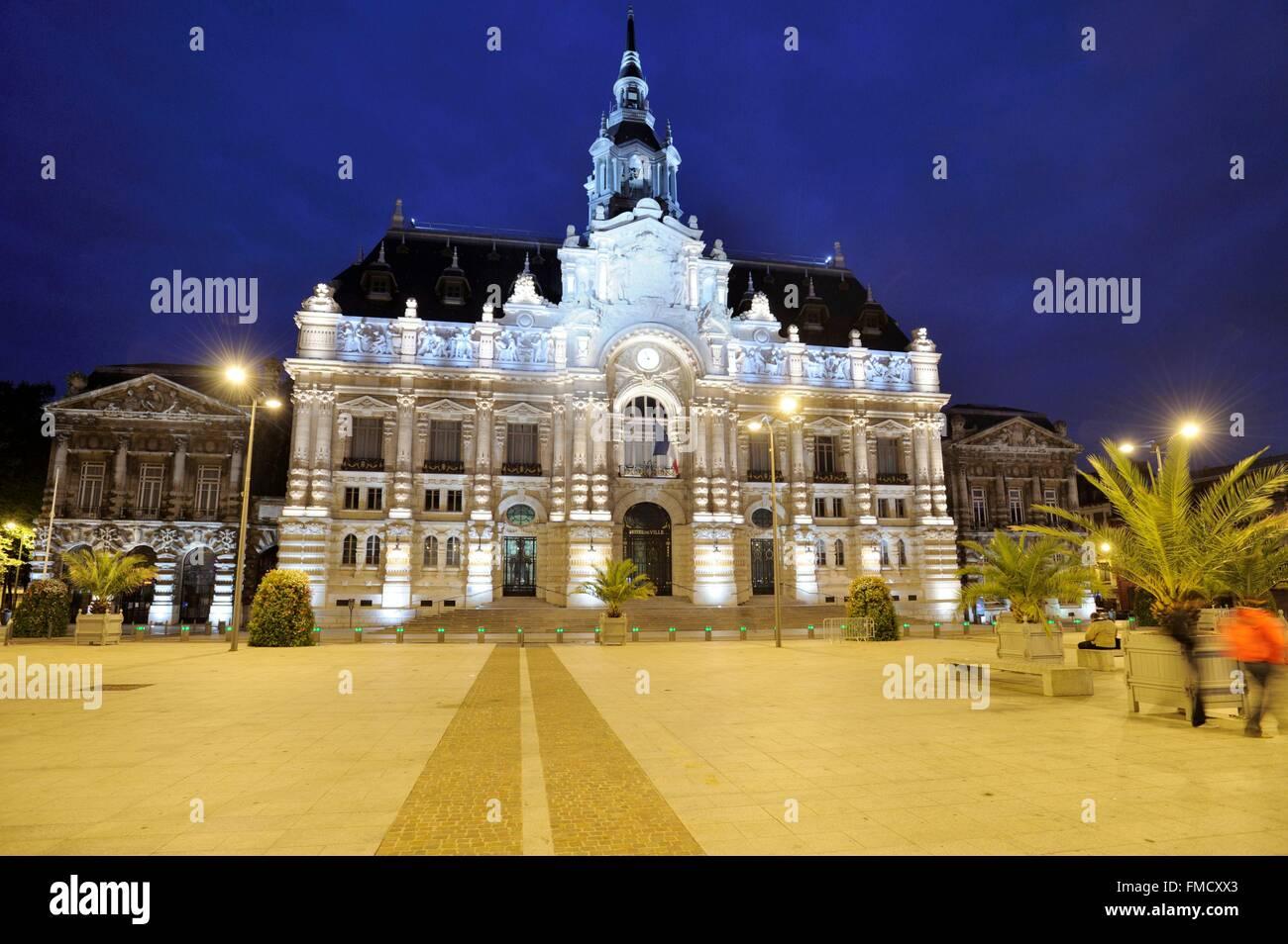 Francia, Nord, Roubaix, la fachada del ayuntamiento iluminada por la noche Imagen De Stock