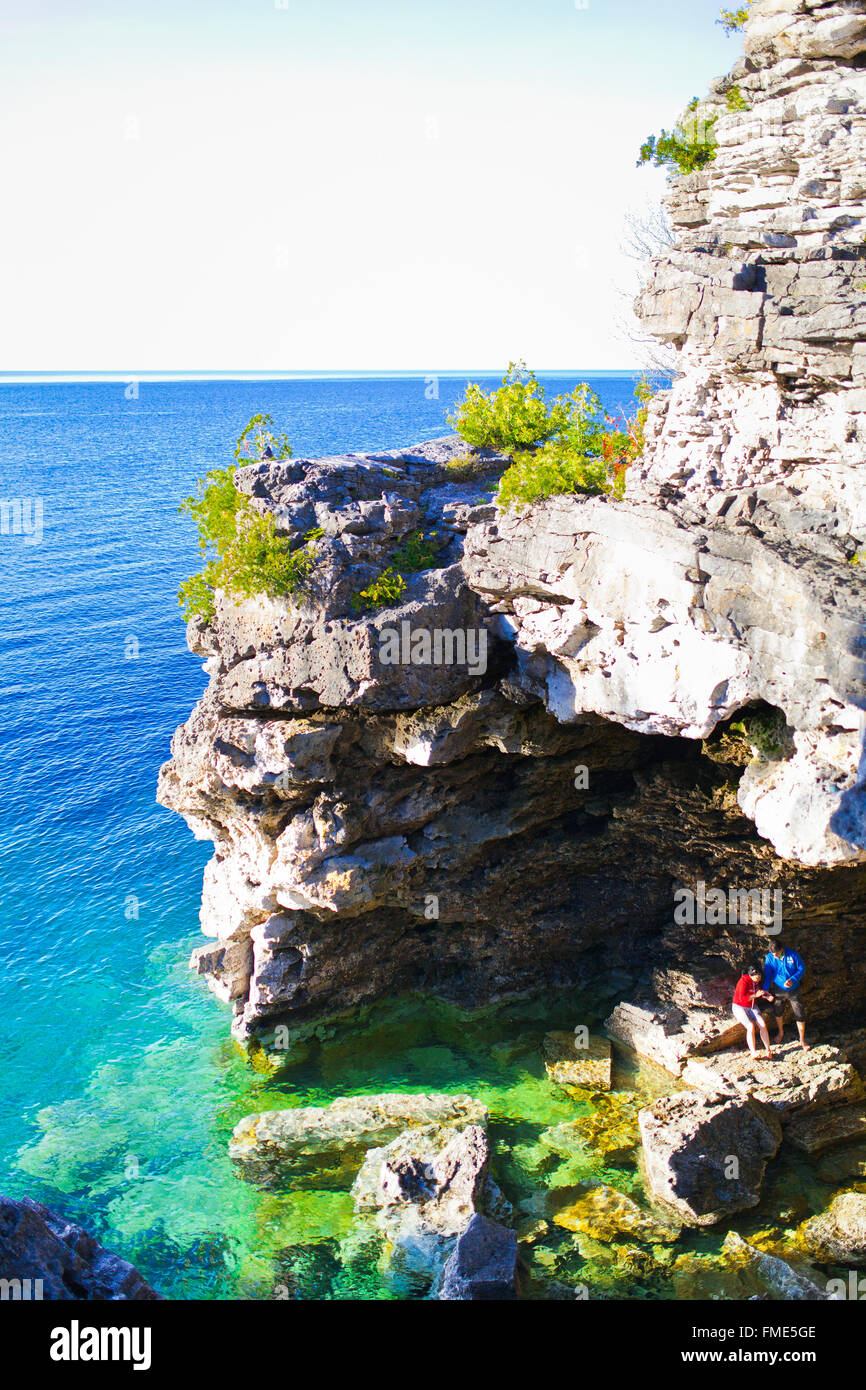 La cueva y el lago en el Parque Nacional de la península de Bruce y Lago Huron Foto de stock