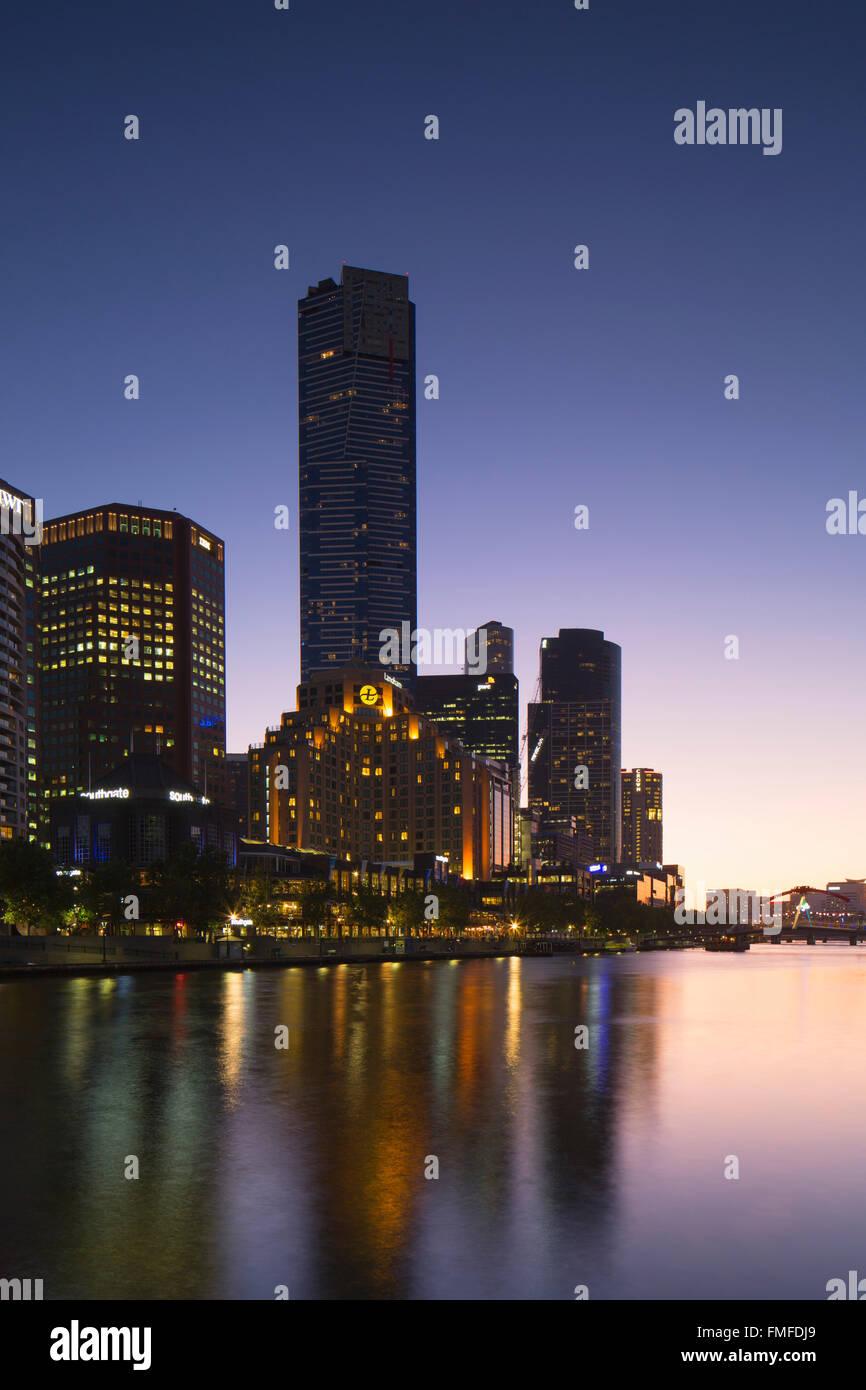 Torre Eureka y el horizonte a lo largo de río Yarra al anochecer, Melbourne, Victoria, Australia Foto de stock
