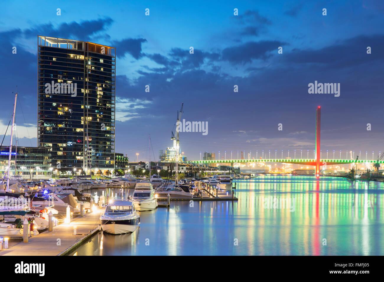 Borde del Yarra Harbour al anochecer, Melbourne, Victoria, Australia Foto de stock