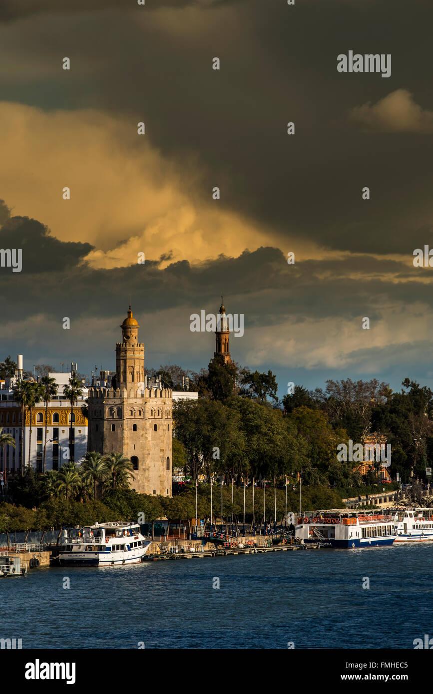 Atalaya Torre del Oro y el río Guadalquivir, Sevilla, Andalucía, España Imagen De Stock