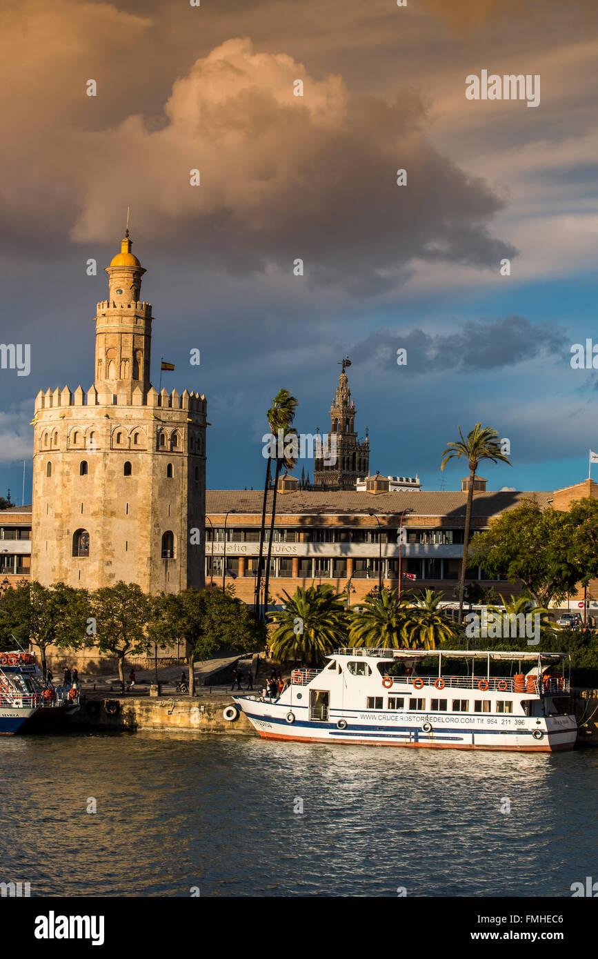 Torre del Oro Torre con Giralda en el fondo, Sevilla, Andalucía, España Imagen De Stock