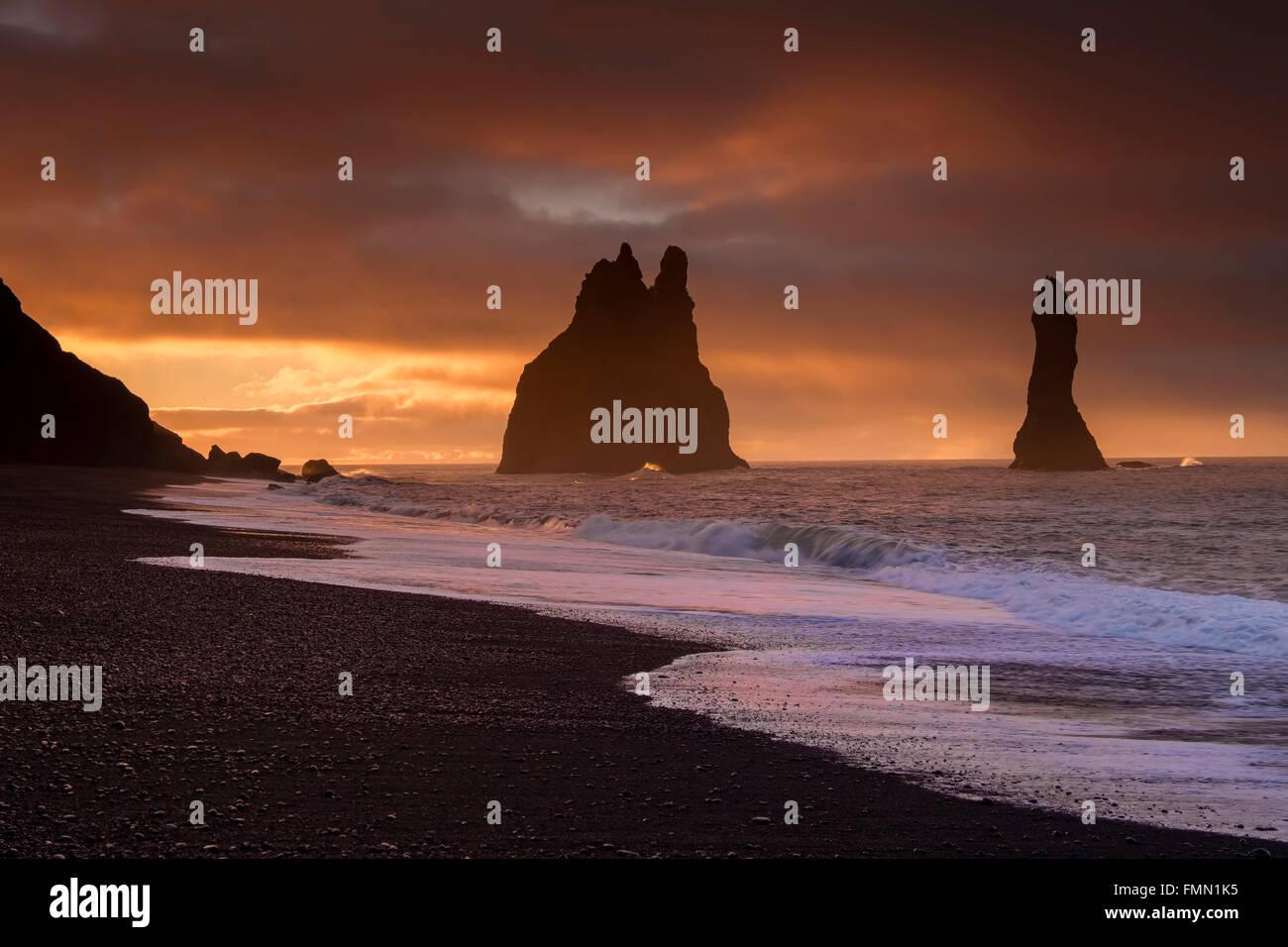 Pilares de roca Reynisdrangar al amanecer, Vik i Myrdal, en el sur de Islandia Imagen De Stock