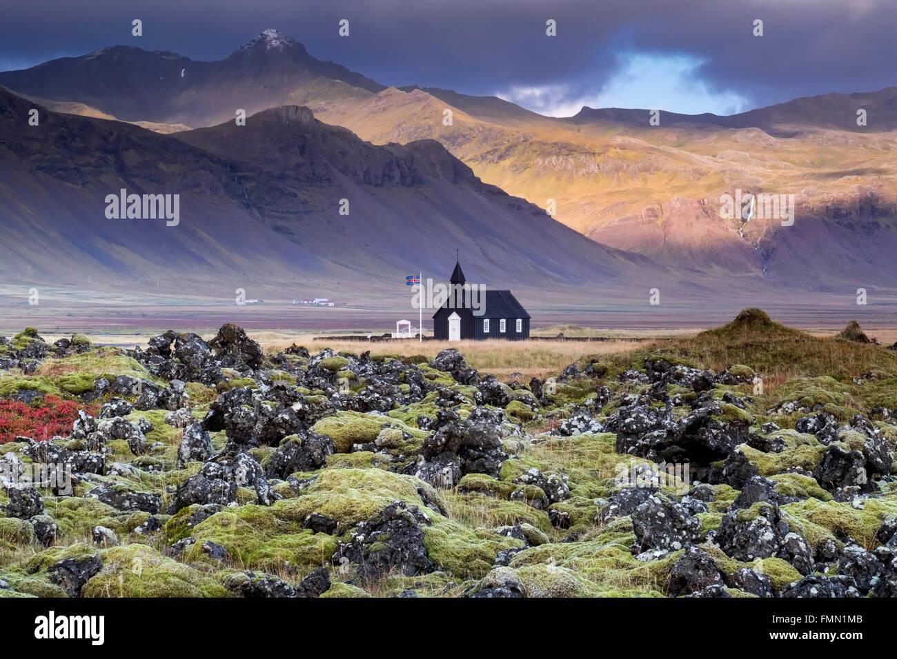 La iglesia Negra Budir & los Buoahraun Lavafield, respaldada por las montañas de la península de Snaefellsnes, Imagen De Stock