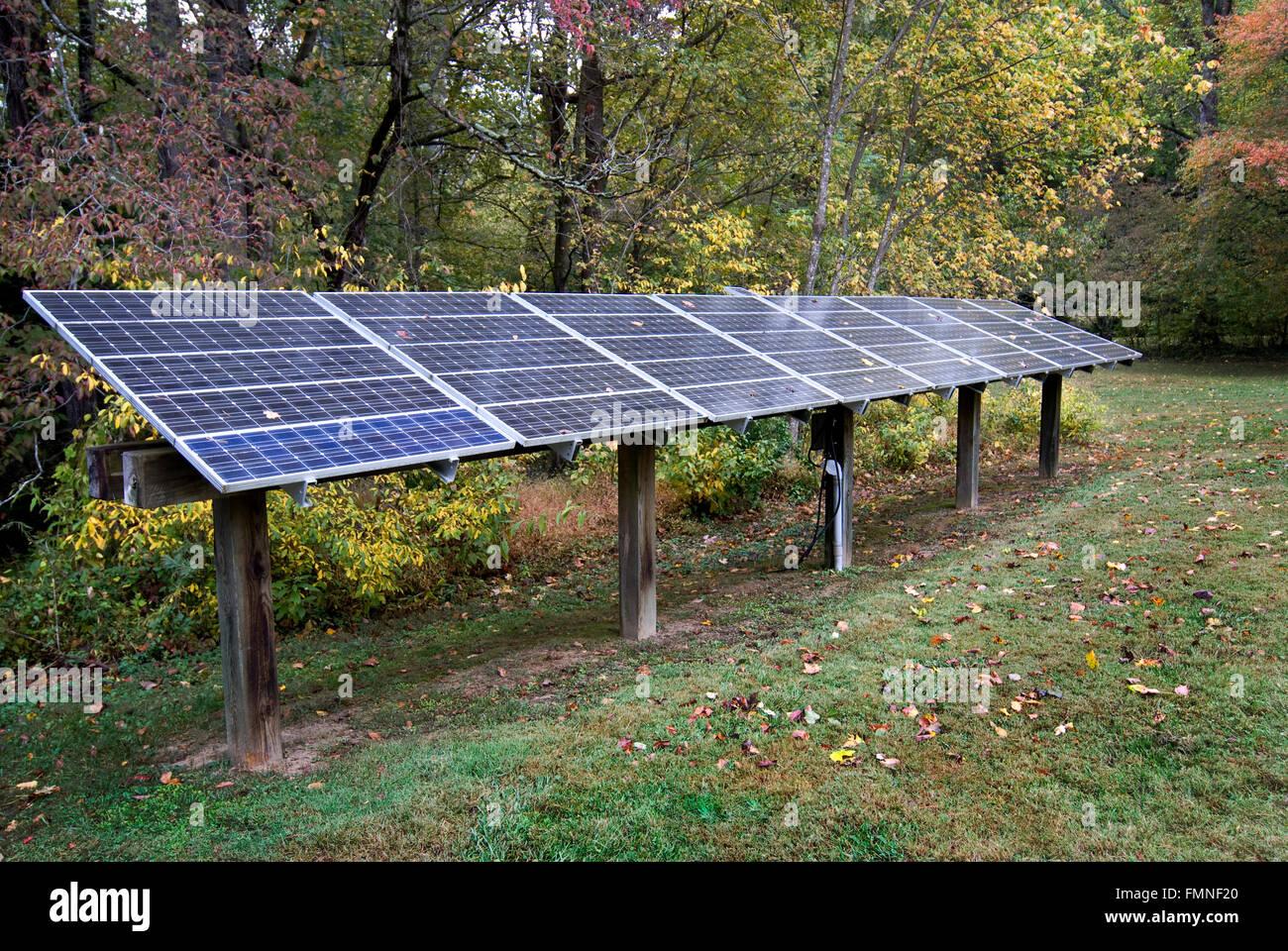 Paneles de energía solar en el trabajo Imagen De Stock