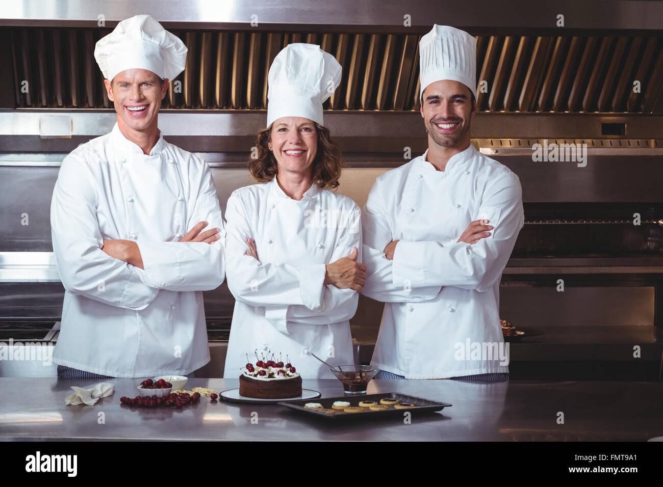Los chefs felices y orgullosos de presentar el pastel que acaba de hacer Imagen De Stock