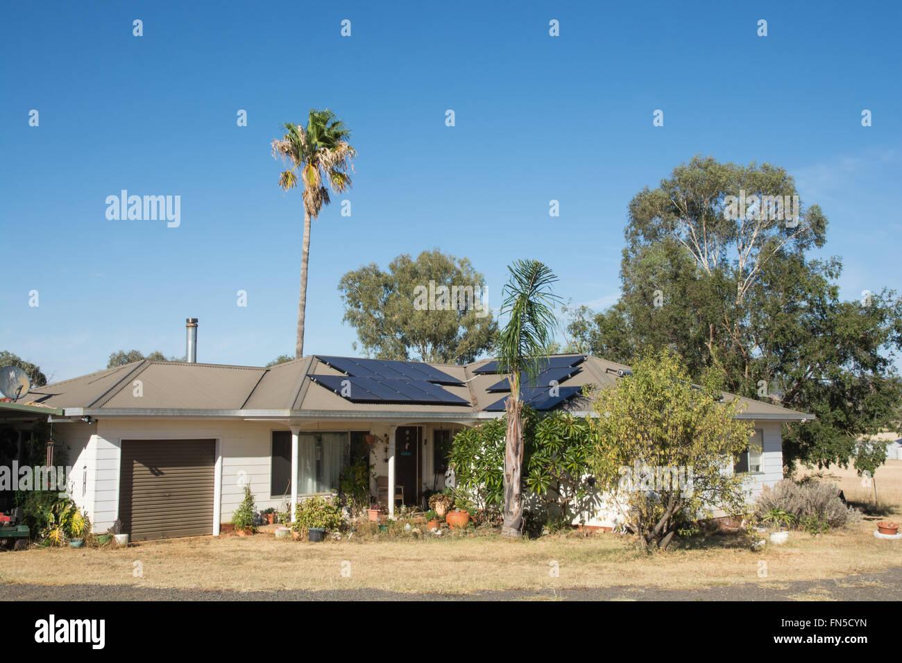 Paneles solares en una casa privada Imagen De Stock