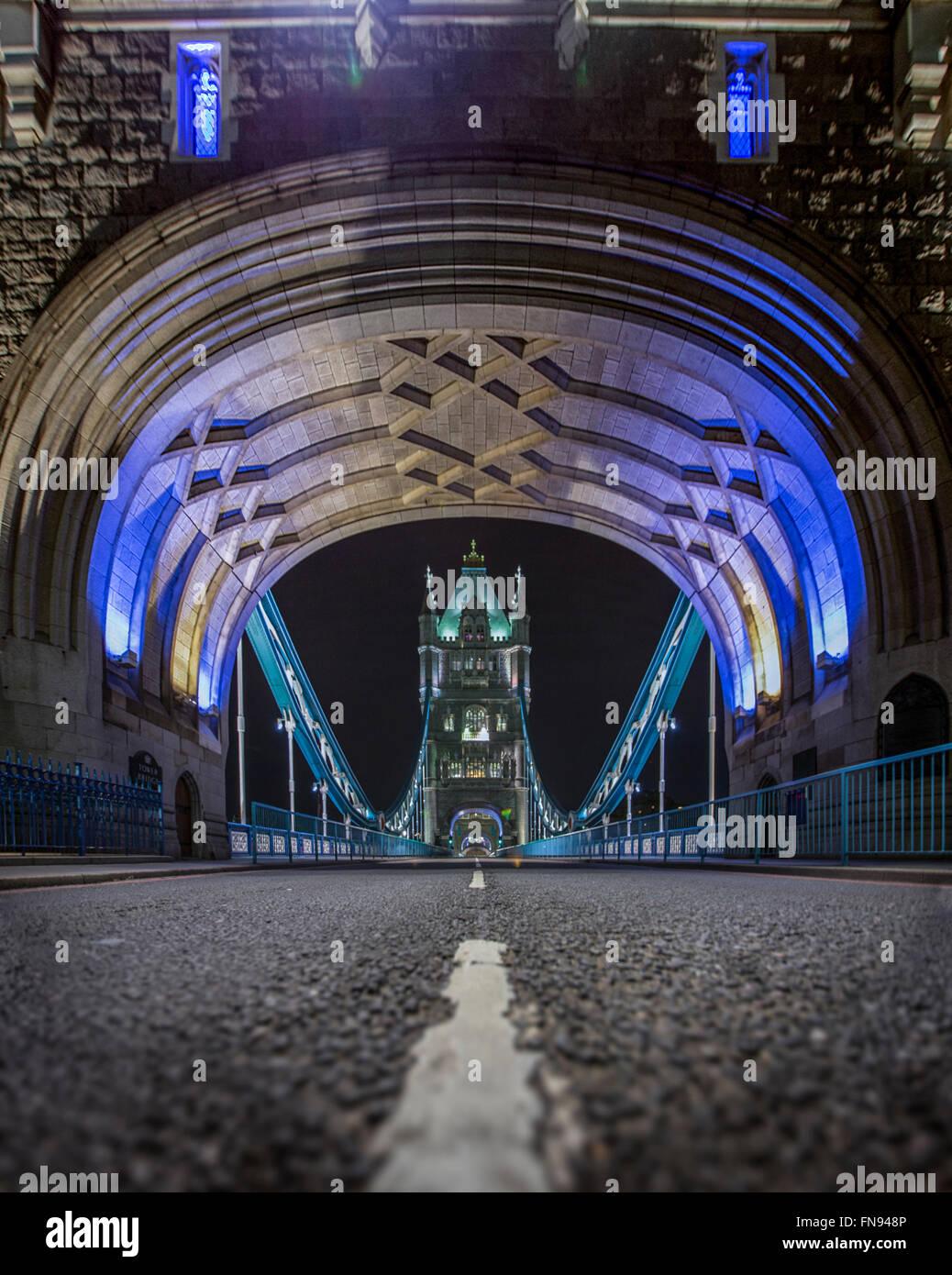 Puente de la torre por la noche, Londres, Inglaterra, Reino Unido Foto de stock