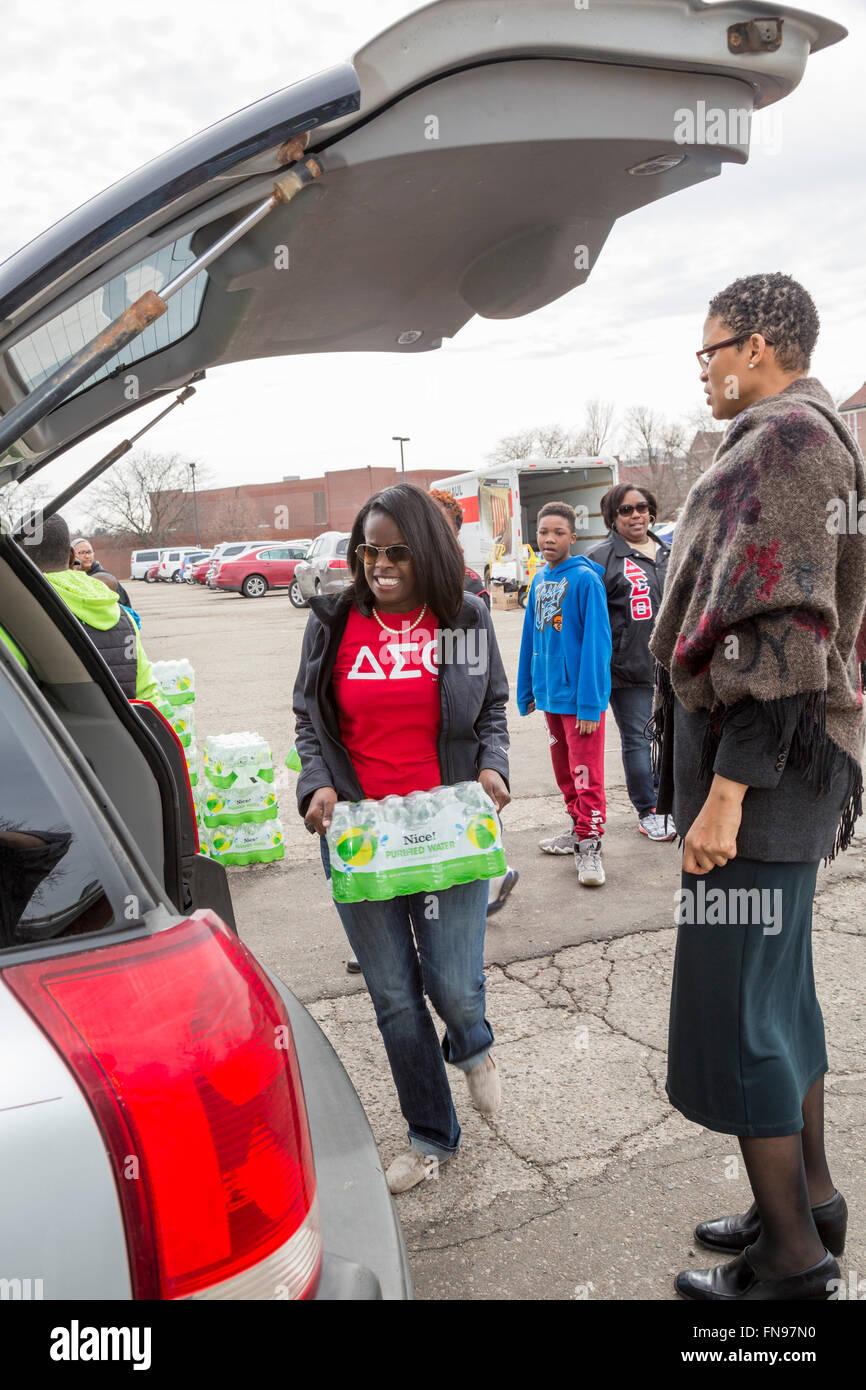 Flint, Michigan - voluntarios con el Delta Sigma Theta Sorority distribuir agua embotellada a los residentes de Imagen De Stock