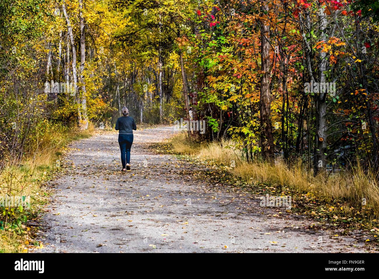 Mujer jogging en el parque, British Columbia, Canadá Foto de stock
