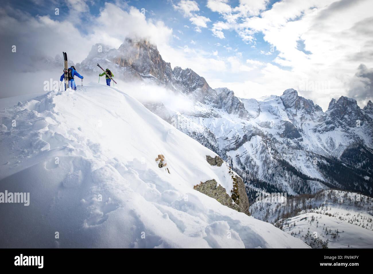Dos hombres en polvo esquiar en Dolomitas, Italia Foto de stock