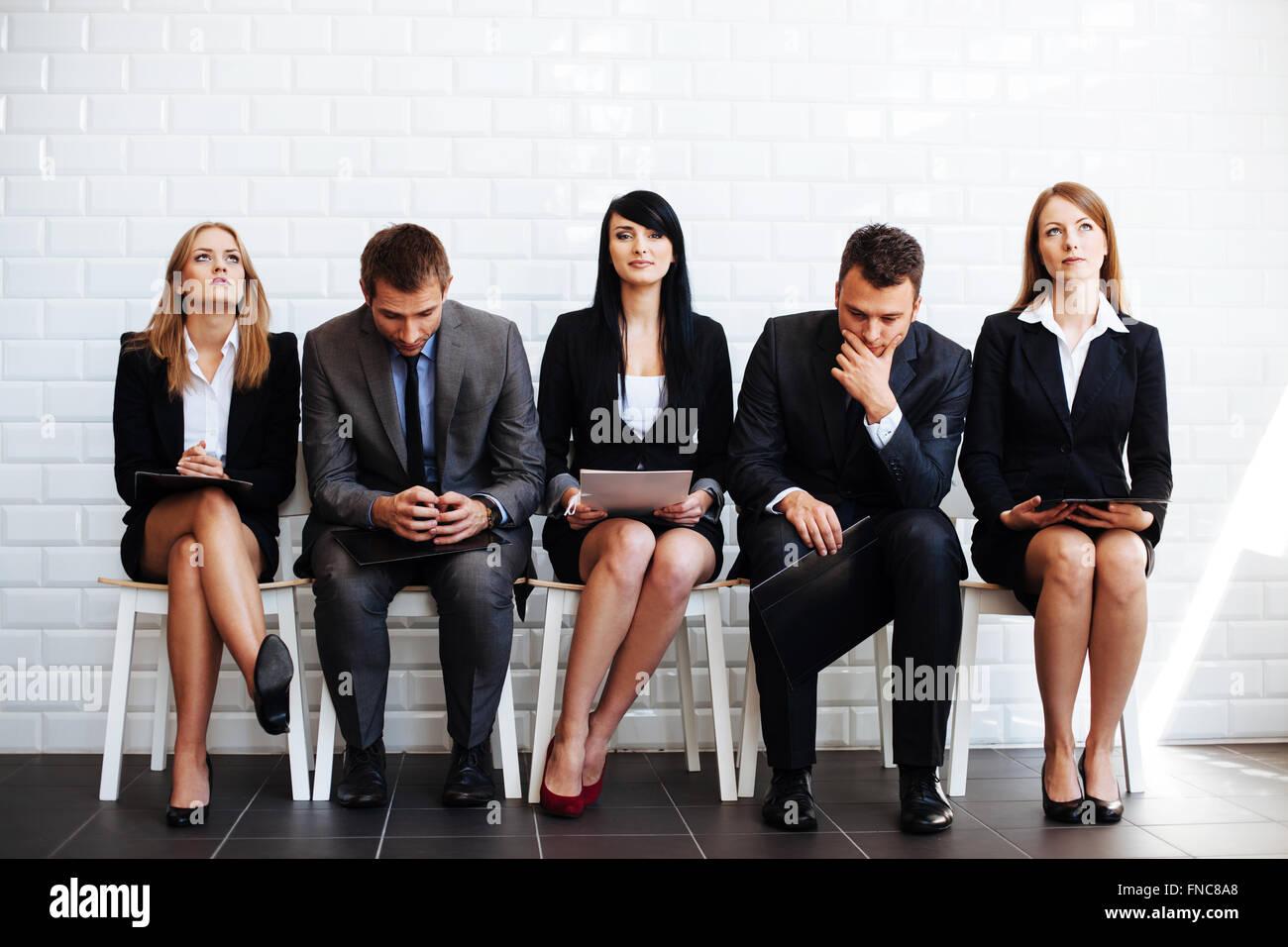 Destacando multitud, seguros de mujer de negocios esperando para una entrevista de trabajo Imagen De Stock