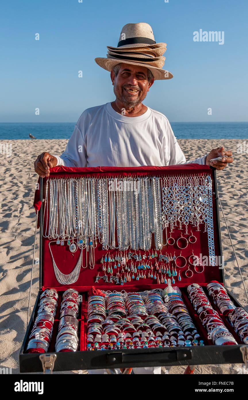 35d73a002f4f Un hombre mexicano lleva muchos sombreros para venta y vende joyería de  plata souvenirs en la