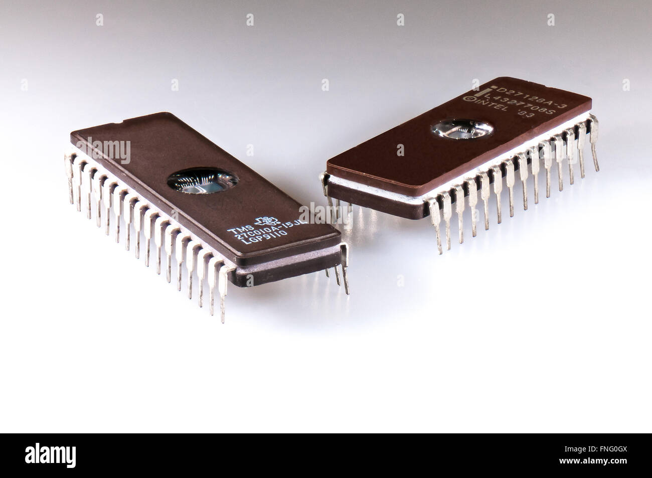 Dos chips de circuito integrado EPROM dispuestas sobre un fondo blanco. Imagen De Stock