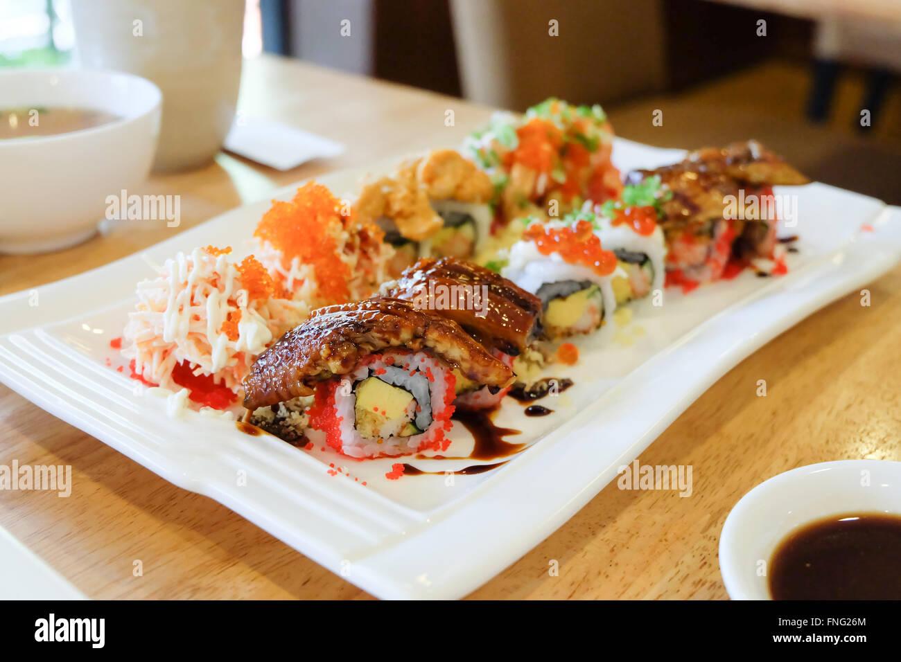 Sushi conjunto ; sushi roll con salmón y anguila ahumada Foto de stock