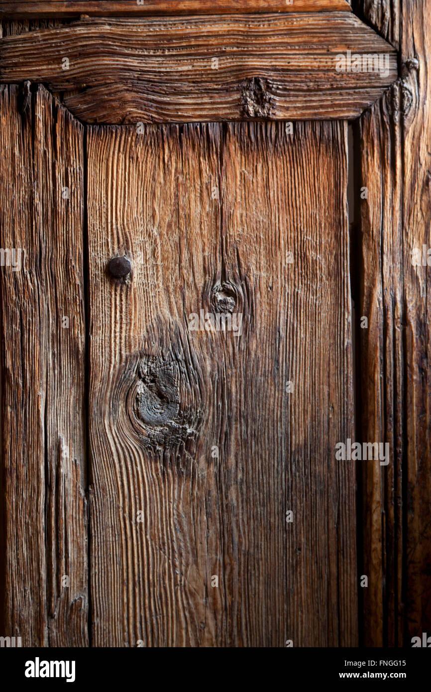 La antigua puerta de madera en la Medersa Ben Youssef, Marrakech, Marruecos Imagen De Stock