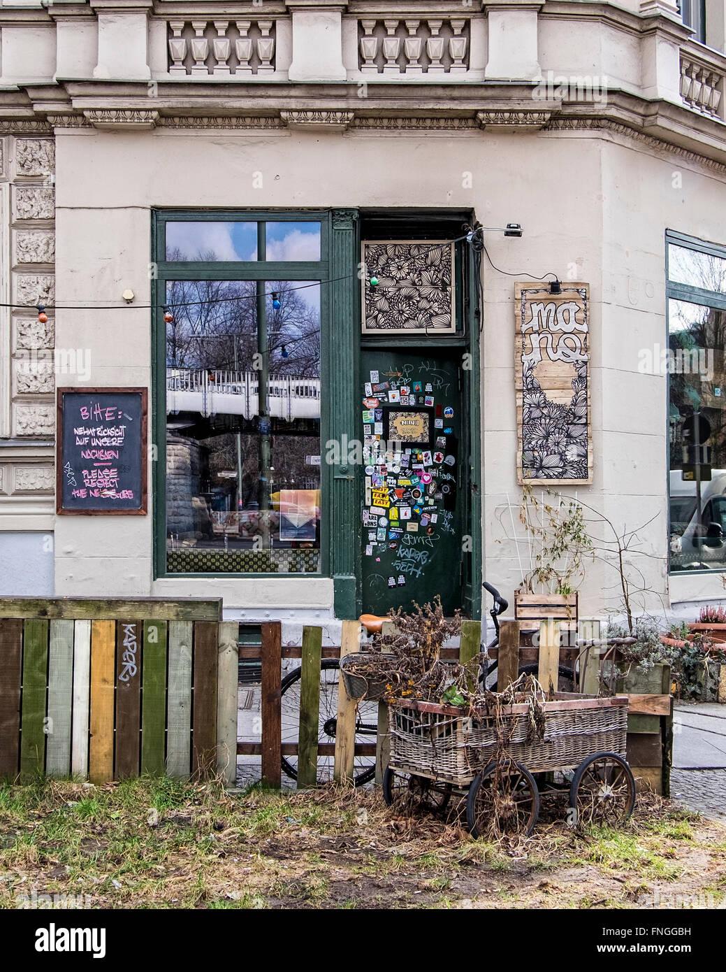 Berlín, Kreuzberg, Friedrichshain-Kreuzberg. Mano bar exterior, antiguo edificio, entrada, puerta, pegatinas Imagen De Stock