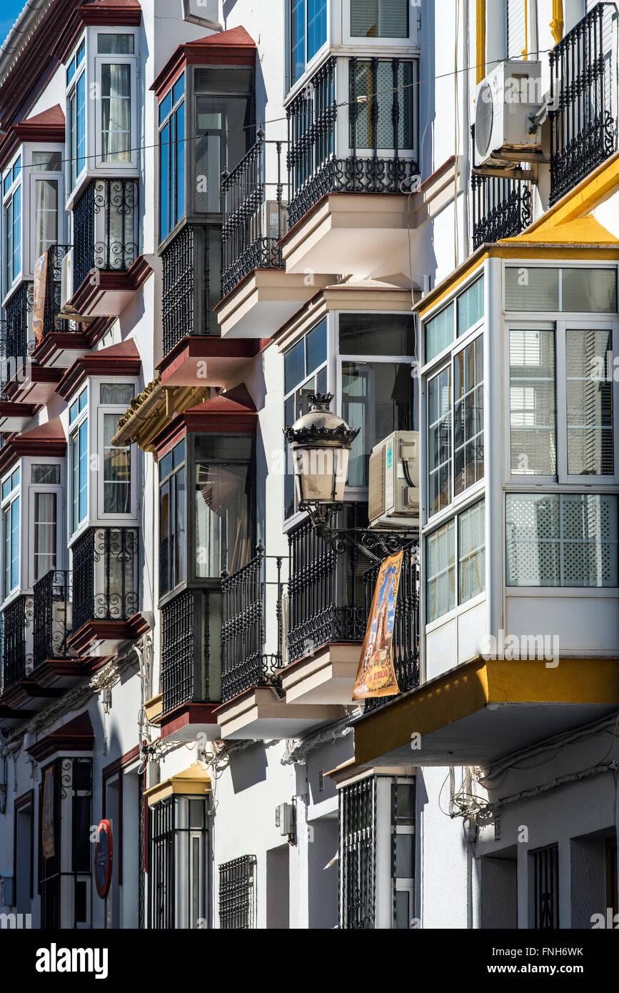 Edificio con ventanales en Olvera, Cádiz Imagen De Stock