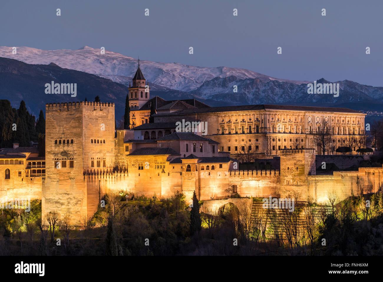 Vista al atardecer del palacio de la Alhambra con los nevados de Sierra Nevada en el fondo, Granada, Andalucía, Imagen De Stock